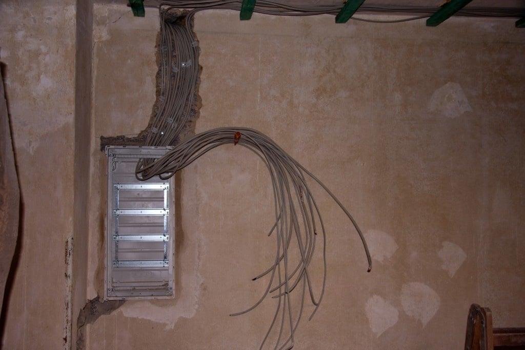 Neue Stromleitungen liegen